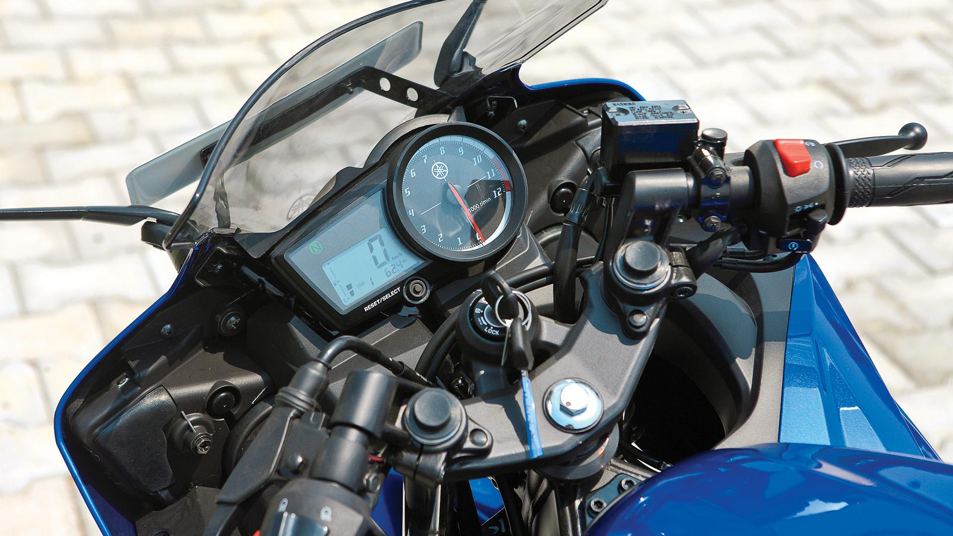 Yamaha YZF-R15 v2.0 2013 STD Compare