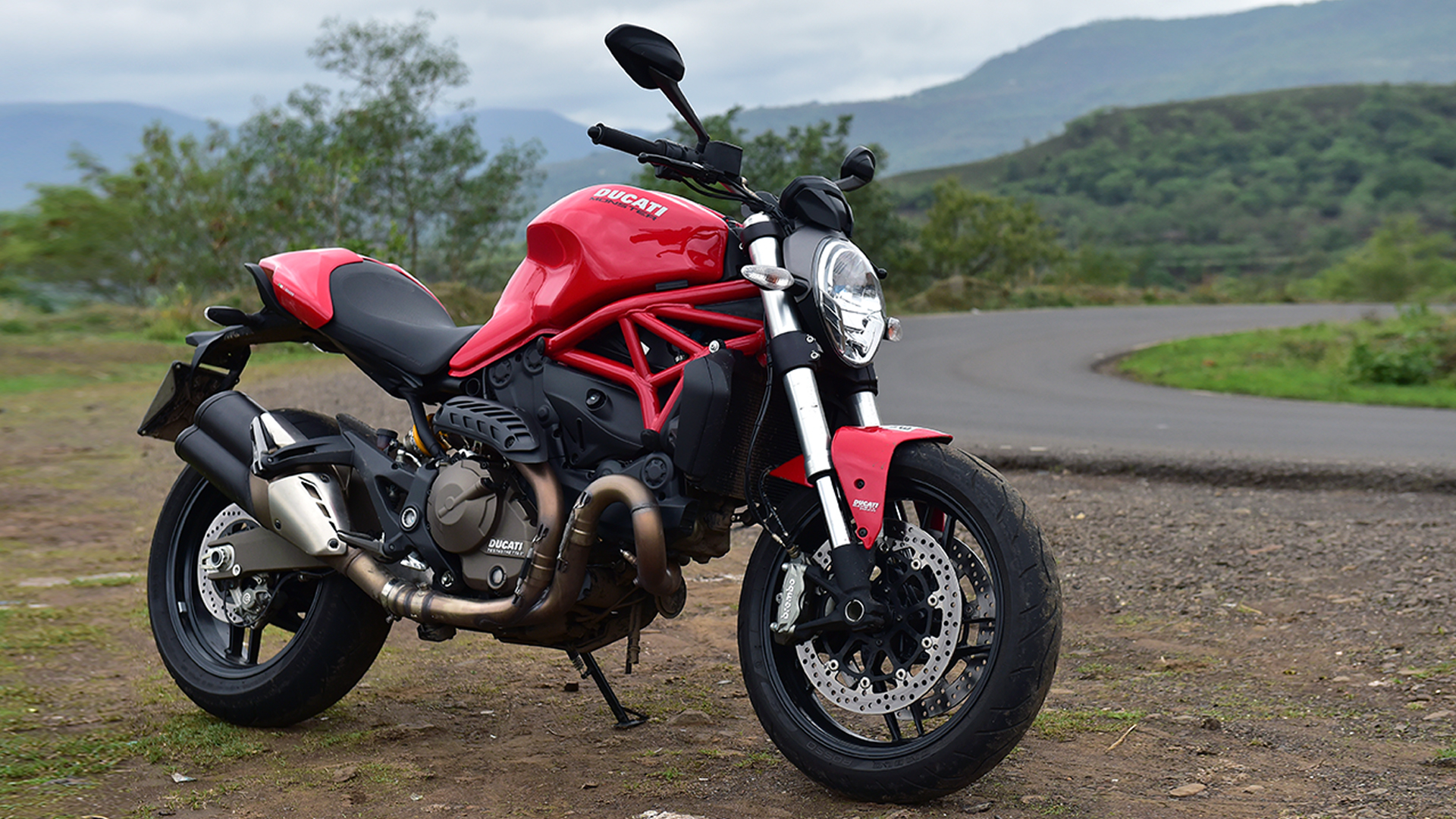 Ducati Monster 821 2015 STD Compare
