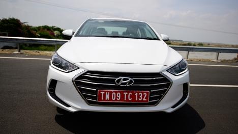 Hyundai Elantra 2016 1.6 Diesel SX (O) AT Comparo