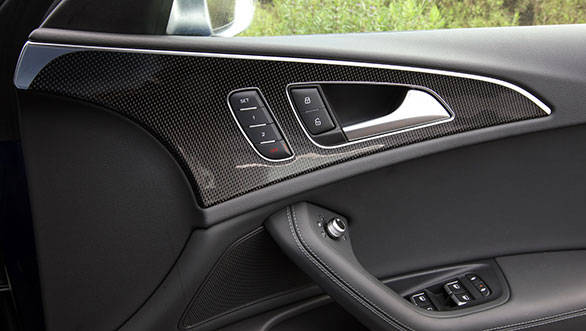 The only difference is the abundant use of carbon fiber on the doors, the centre console and the dashboard