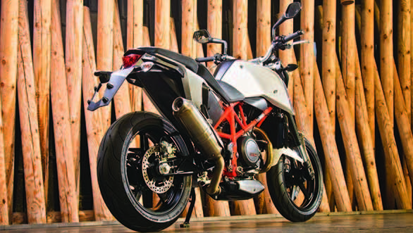 Classified as a supermoto the 690 brought a new level of riding to the streets with its mix of a tallish stance and fat road tyres