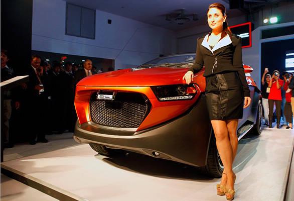 Kareena-Kapoor-with-SUV-Eleron