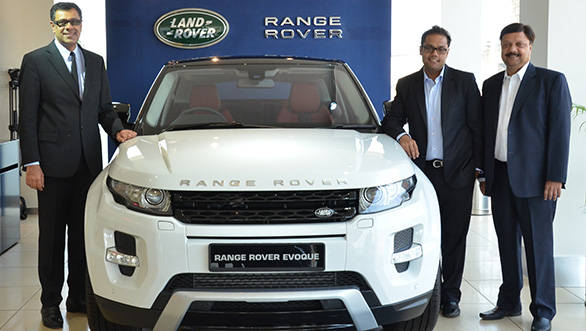 JLR.Rohit-Suri,-VP,-JLR-India,-Mr.-Vedant-Agarwal,-MD,-Lexus-Motors,-Mr.-Binod-Agarwal,-CMD,-Lexus-Motors-with-Land-Rover-Range-Rover-Evoque