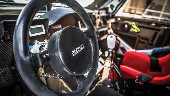 Rally raid steering devoid of any controls