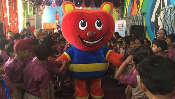 Yamaha's Brand Mascot 'Zippy' with kids of New Delhi Public School, Vikaspuri during the event (1)