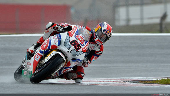 Jonathan Rea gets his knee down on the wet Portimao race track in Portugal