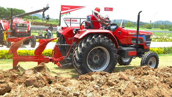 Mahindra_Arjun_Novo_tractor_(1)