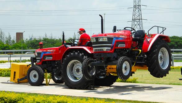 Mahindra_Arjun_Novo_tractor_(2)