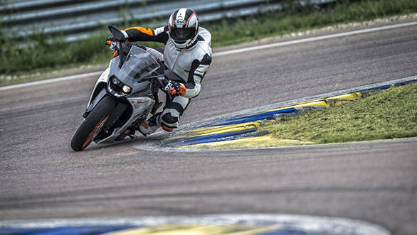 92553_KTM_RC_390_Action_1024