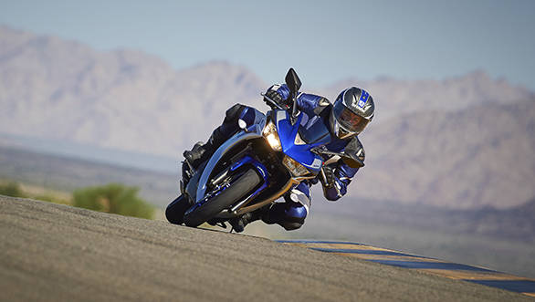 2015_YAM_YZF-R320_EU_MS1RB_ACT_007