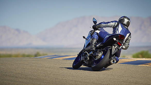 2015_YAM_YZF-R320_EU_MS1RB_ACT_008
