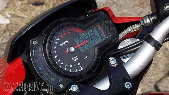 This instrument cluster seems to be in use in many models at Benelli. On the flip side, it might look a bit dated but it's clear, easy to read and therefore extremely functional