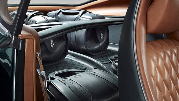 The rear interior space is divided into two compartments designed to house a specifically designed four-piece luggage set