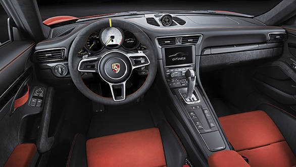 The interior design of the 911 GT3 RS with Alcantara elements is based on the current 911 GT3 with sports seats, which are now based on the carbonfibre 'bucket' seats of the 918 Spyder super sports car.