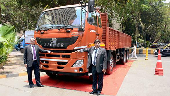 (L-R)Mr. SS Gill, Sr. Vice President Sales, Marketing & Aftermarket, Heavy Duty trucks and Mr. A K Birla, Executive VP, Sales, Marketing & After Market, VE Commercial Vehicles (1)