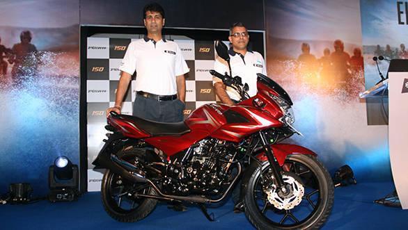 Rajiv Bajaj, MD & Eric Vas, President - Motorcycle Business - Bajaj Auto Ltd unviel Discover 150F in Mumbai (1)