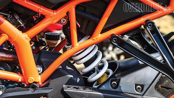 KTM RC200 vs Yamaha R15 vs Bajaj Pulsar RS200 (12)