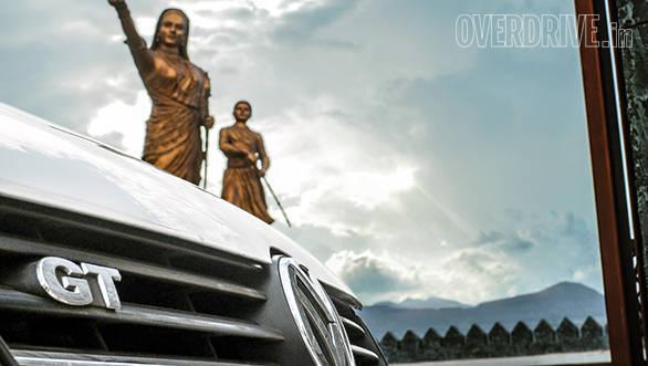 A statue of Jijabai and a young Shivaji at Shivneri