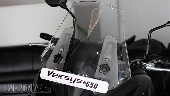 The large front screen of the Versys 650 has a tool-less adjustment. Comfortable for riders with a height between 5'4 to 5'4