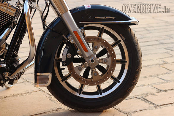 The front fender looks very familiar and wears a neat Road King logo. The Touring family bikes, including  the Harley-Davidson Road King use dual compound Dunlop tyres - width=
