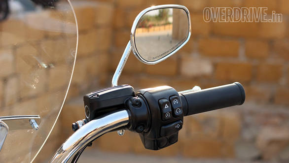 The Harley-Davidson Road King mirrors looks short of stalk, but work very well. Harley's typical switch gear places the engine kill switch, thumb starter and hazard lights above the right side indicator. The Road King has two blank switches below all this