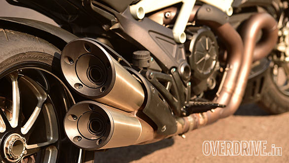 Even on stock pipes, the Diavel is a seriously loud bike and produces an angry V-twin bark from those dual exhuats
