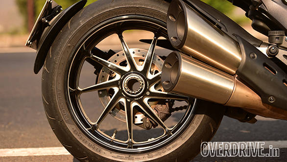 Gorgeous forged wheels are also part of the Carbon Edition and save a considerable 5 kg of unsprung mass