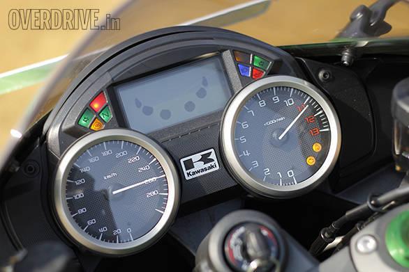 Kawasaki ZX14r And Suzuki Hayabusa Comparo (12)