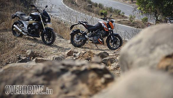 2016 KTM 200 Duke and Mahindra Mojo static shot