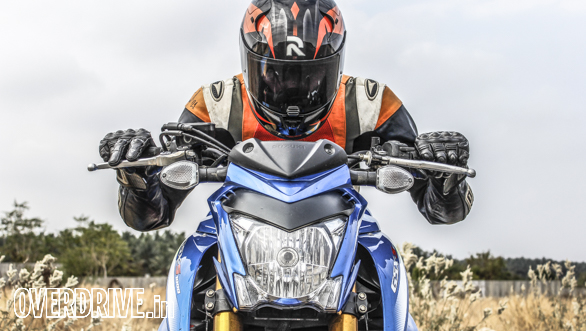 Wind protection? Bah! The Gixxus expects you to face the wind blast like a man. Anything above a sustained 130kmph requires neck muscles of steel, a good way to exercise restraint on the highway