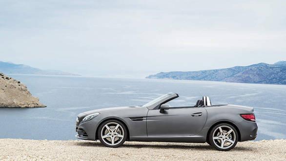 Mercedes-Benz SLC 300; Exterieur: designo cerrusitgrau magno, AMG Line; Interieur: bengalrot/schwarz; Kraftstoffverbrauch kombiniert (l/100 km):  5,8, CO2-Emissionen kombiniert (g/km): 134; exterior: designo cerrusit grey magno, AMG Line; interior: bengal red/black; Fuel consumption, combined (l/100 km):   5.8, CO2 emissions, combined (g/km):  134