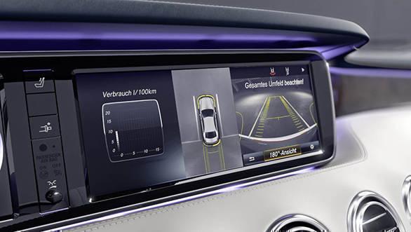 Mercedes-Benz S-Klasse Cabriolet, 2015. Rückfahrkamera, 360°-Kamera Darstellung im zentralen Display Mercedes-Benz S-Class Cabriolet, 2015. Reversing camera, 360° camera, depiction in central display.