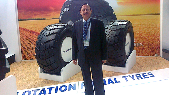 Mr. P Vijayaraghavan, Director,  TVS Srichakra Ltd. along with Flotation radial tyres at Reifen 2016(1)