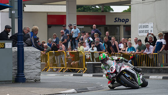 Crowds cheer for James Hillier at the 2015 Senior TT
