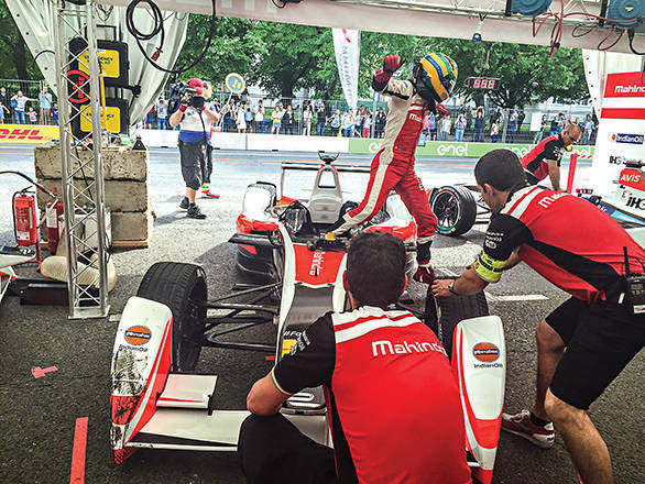 Bruno Senna hopping from one car to the next during the 2016 Berlin ePrix