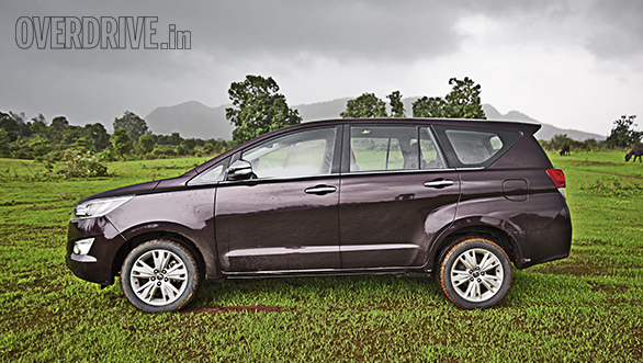 Toyota Innova Crysta AT vs Mahindra XUV500 AT (6)