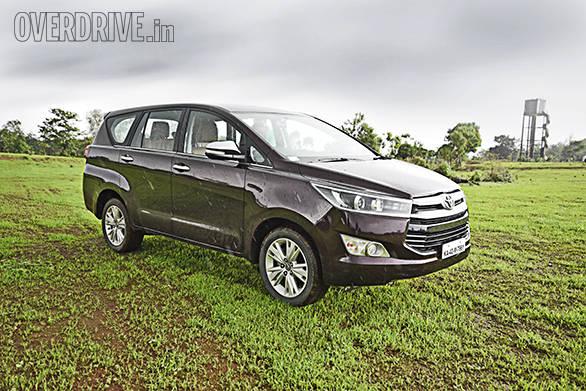 Toyota Innova Crysta AT vs Mahindra XUV500 AT (7)