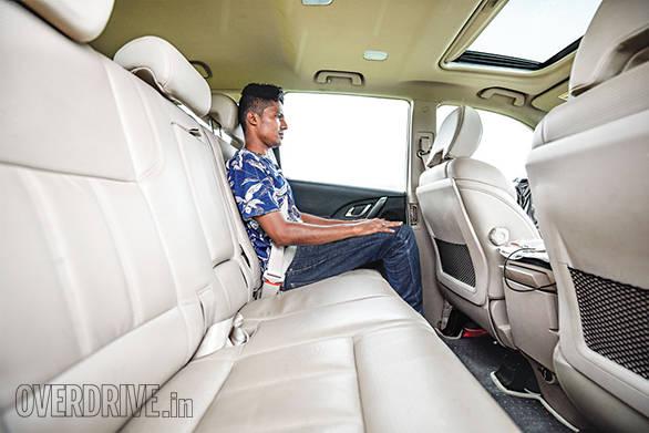 Toyota Innova Crysta AT vs Mahindra XUV500 AT (9)