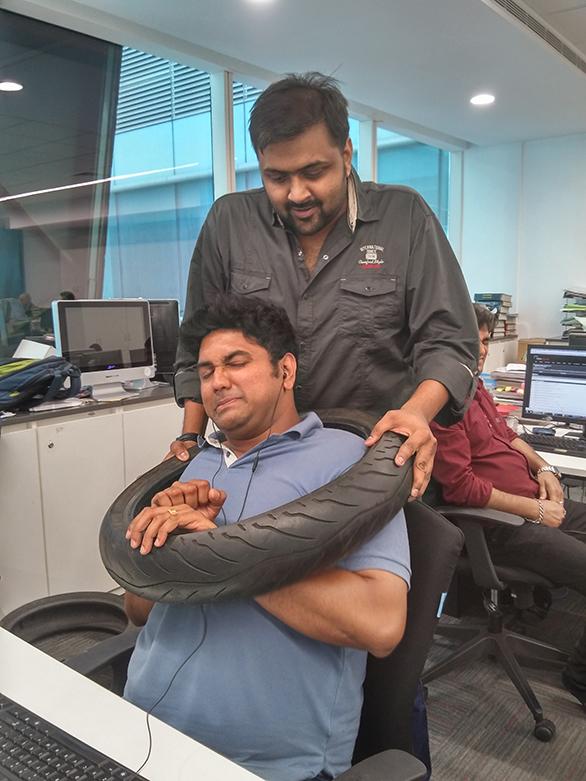 Spiffy Aditya gives hapless Rishabh a tyre advice