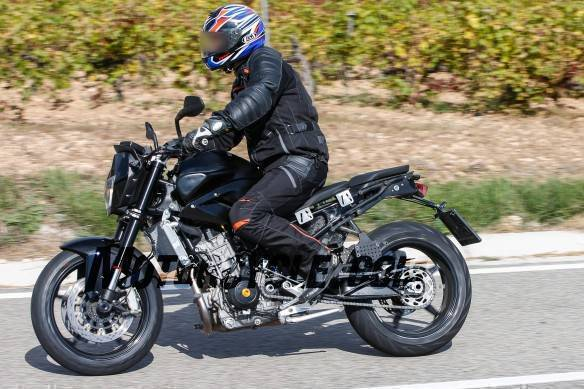 021916-spy-photos-2017-ktm-890-duke-05-584x389