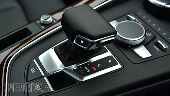 The large gear knob looks and feels very upmarket