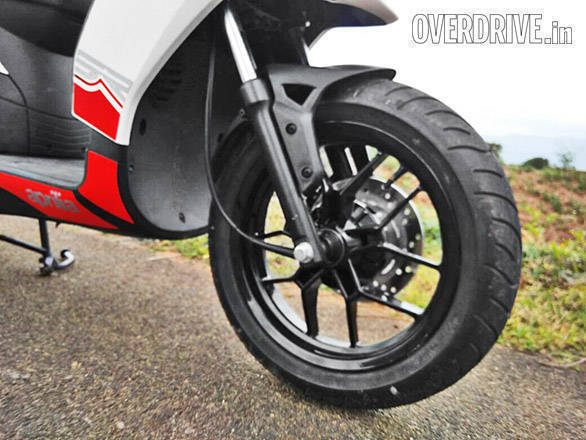 The large 14-inch wheels look great and come wrapped in sticky tyres by Thai brand Vee Rubber as no one in India currently makes this size. Aprilia is looking at local supplier soon