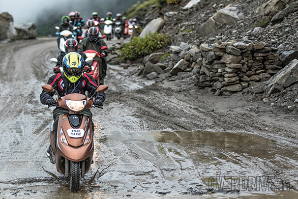 The roads going up and especially coming down from the Rohtang pass were devoid of traffic. But as usual, the Himalayas laid out a tough test for the Scooty Zest-mounted TVS Himalayan High Season 2 convoy which had to traverse hours of slush