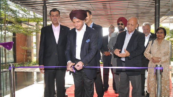 Onkar S Kanwar, Chairman, Apollo Tyres inaugurating the Global R&D Centre, Asia with Members of the Board and Senior Management team standing beside him