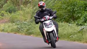 2016 Aprilia SR 150 first ride review - Video