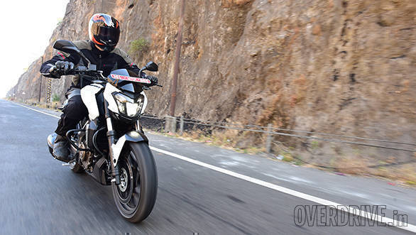 Bajaj Dominar 400 (action) (1)