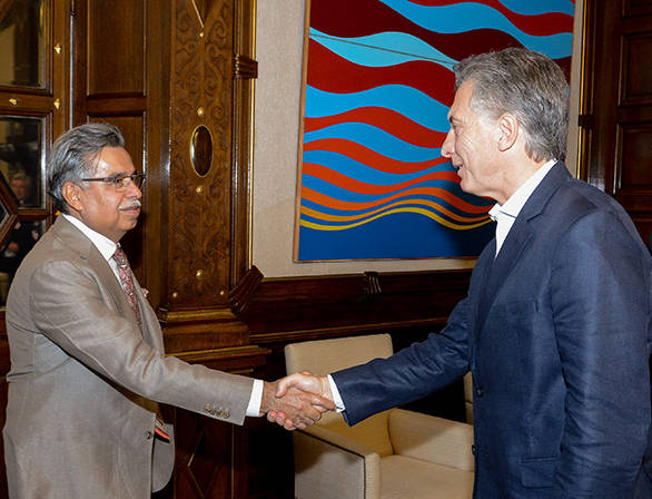 Pawan Munjal shaking hands with the Argentinian president (1)