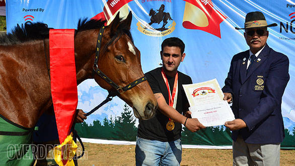 37-Krish-Saigal-receiving-the-winner-of-the-40-kms-Endurance-Prize-from-the-international-level-judge,-Colonel-Yadav-of-The-Indian-Army