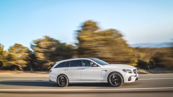 Mercedes-AMG E 63 S 4MATIC+ T-Modell, diamantweiß, Fahraufnahme ;Kraftstoffverbrauch kombiniert: 9,1  l/100 km, CO2-Emissionen kombiniert: 206 g/km Mercedes-AMG E 63 S 4MATIC+ Estate, diamond white, driving shot; Fuel consumption combined:  9.1  l/100 km; combined CO2 emissions: 206 g/km