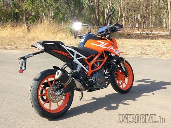 The new split trellis as KTM likes to call it refers to the bolt-on rear subframe on the 2017 KTM 390 Duke. The angle of the tail is slightly different but the primary benefits of the subframe are in production and sourcing rather than riding. That said, it looks smashing in white to us